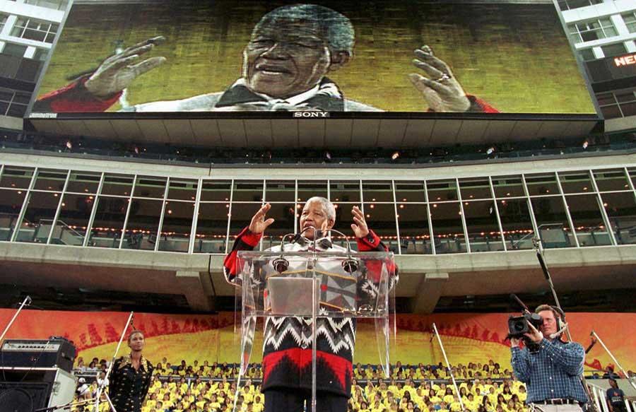 1990年2月11日,南非,开普敦。曼德拉获释后,和妻子手牵手高举紧握的拳头向在场的民众致意。资料图    曼德拉和妻子在群众的簇拥下走出监狱。资料图    1993年曼德拉和德克勒克共获诺贝尔和平奖。资料图    1998年9月,曼德拉在加拿大面对4万年轻人发表演讲,为曼德拉儿童基金会进行筹款。资料图    2004年3月底,高6米的曼德拉雕像在约翰内斯堡桑敦商务中心广场落成,此广场也更名为曼德拉广场。资料图    2008年6月27日,在英国首都伦敦市中心海德公园举行的46664音乐会上,南非
