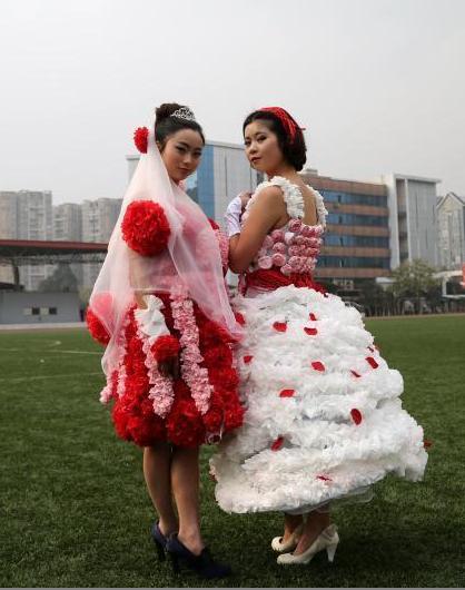 这些将卷纸,报纸,皱纹纸等纸张制作成风格各异,外形精美的婚纱,为两年