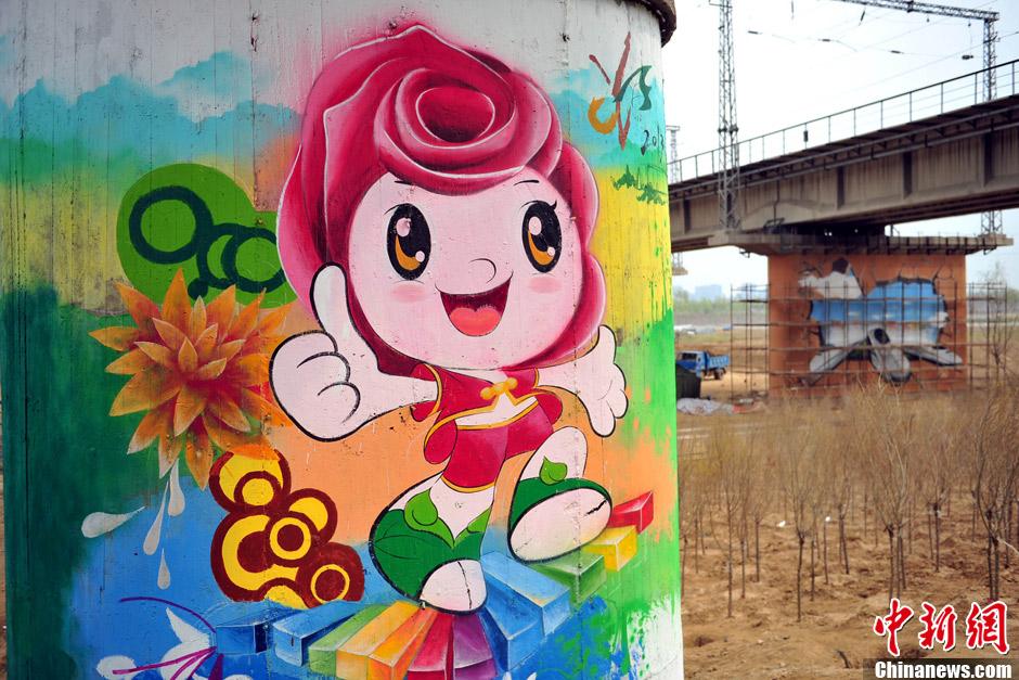 """吉祥物""""园园""""为主题的巨幅涂鸦,""""园园""""以北京市市花""""月季""""为设计元素"""