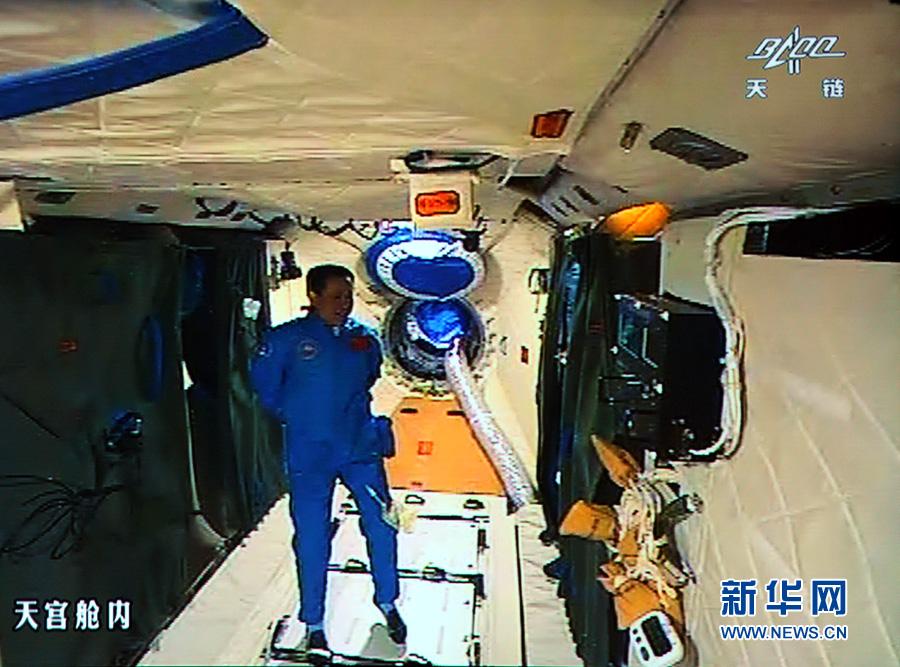 2013年6月24日,神舟十号在太空飞行第13天.图为航天员在舱内工作图片
