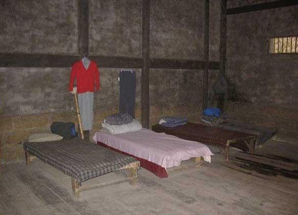 曾关押江姐的女牢,左起第二张床为江姐的床.