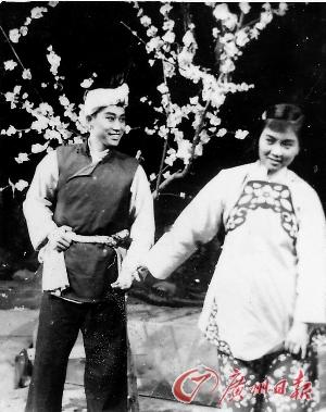 1953年歌剧《小二黑结婚》剧照,张目饰小二黑,谢芳饰小芹.