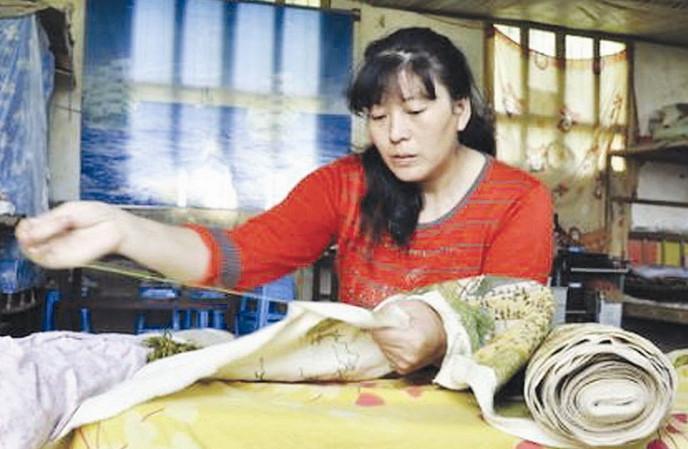 姚厚芝:绝症母亲为孩子留学费 耗时3年绣出《