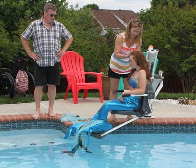 美国瘫痪女孩拍美人鱼照实现模特梦 中国青年