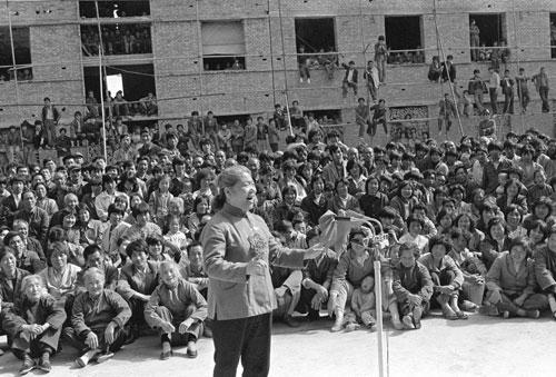 常香玉在河南巩县铝厂为工人表演豫剧清唱资料图-常香玉 才情满神州