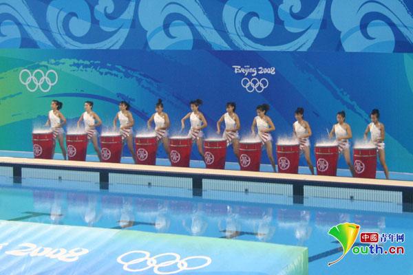 2008年8月8日,北京凤乐团在奥运会赛场上表演水鼓,为奥运健儿击鼓加油