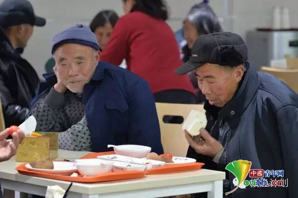 美年大健康为体检结束的老人们提供爱心早餐.-授渔计划 关爱留守老
