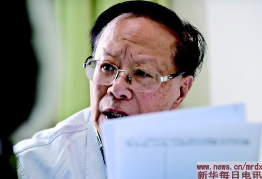 在新疆医科大学第一附属医院特诊诊室内,85岁的何秉贤仍坚持坐诊,关切地询问患者病情。王菲 摄   蹬着自行车来到眼前的这个人,目光中透着犀利,握手时热情有劲,精神头瞧着完全不像一个85岁的老者。   锁好车,摘下鸭舌帽,他领着记者去办公室。路过导医台,他放缓脚步,扭过头来叮嘱值班护士不要限他的诊号,说基层病人大老远来不容易。   走进新疆医科大学第一附属医院第二住院大楼二楼拐角处的一个小房,不足10平方米的地方摞满了书本和医学杂志。退休后的20多年里,他把大部分时光耗在这里,坚持攻克医学难题,发表了