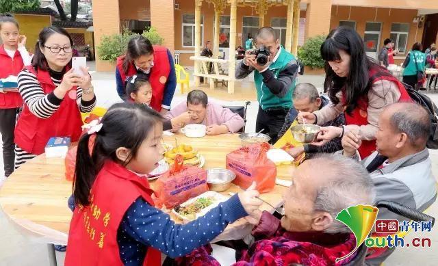 """""""公益达人""""刘天明:17年公益路 带着孩子一起"""