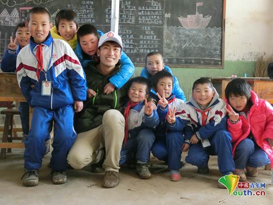 刘洋与支教小学孩子们的合影。本人供图