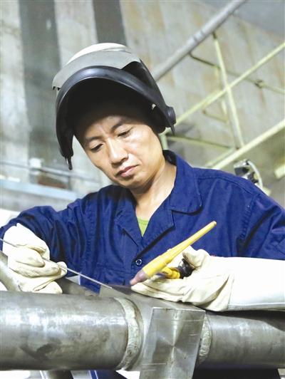 焊缝成形后的宽度要控制在8毫米到12毫米范围.