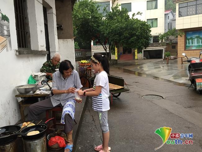 毛师花老人与前来买早餐的弟子。