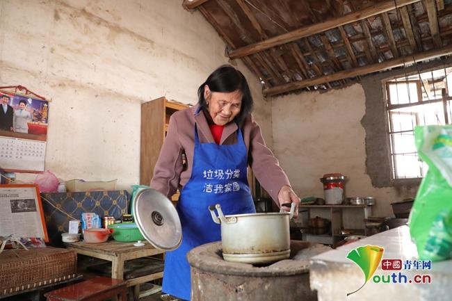 毛师花老人在家准备早餐。